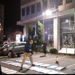 """Одржана изложба """"6 година пропадања"""" испред РТС-а посвећена медијском мраку у Србији"""