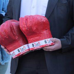 """021 – FOTO: Predstavnici """"Jedan od pet miliona"""" ostavili crvene rukavice za Vučevića, članovi SNS """"opkolili"""" trg"""